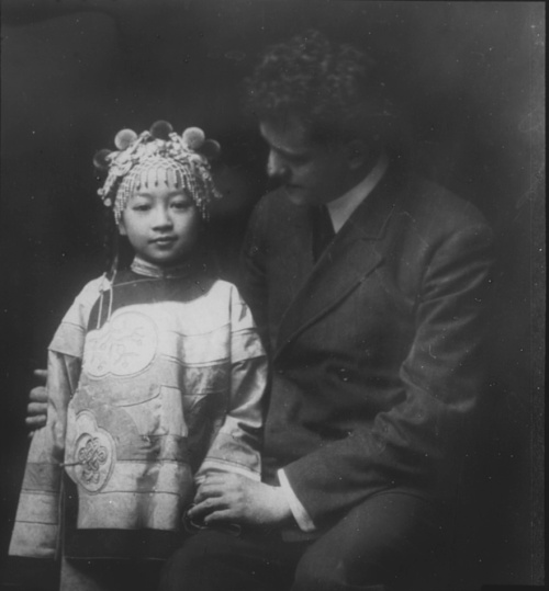 Friends, Chinatown, San Francisco by Arnold Genthe. taken between 1896 and 1906