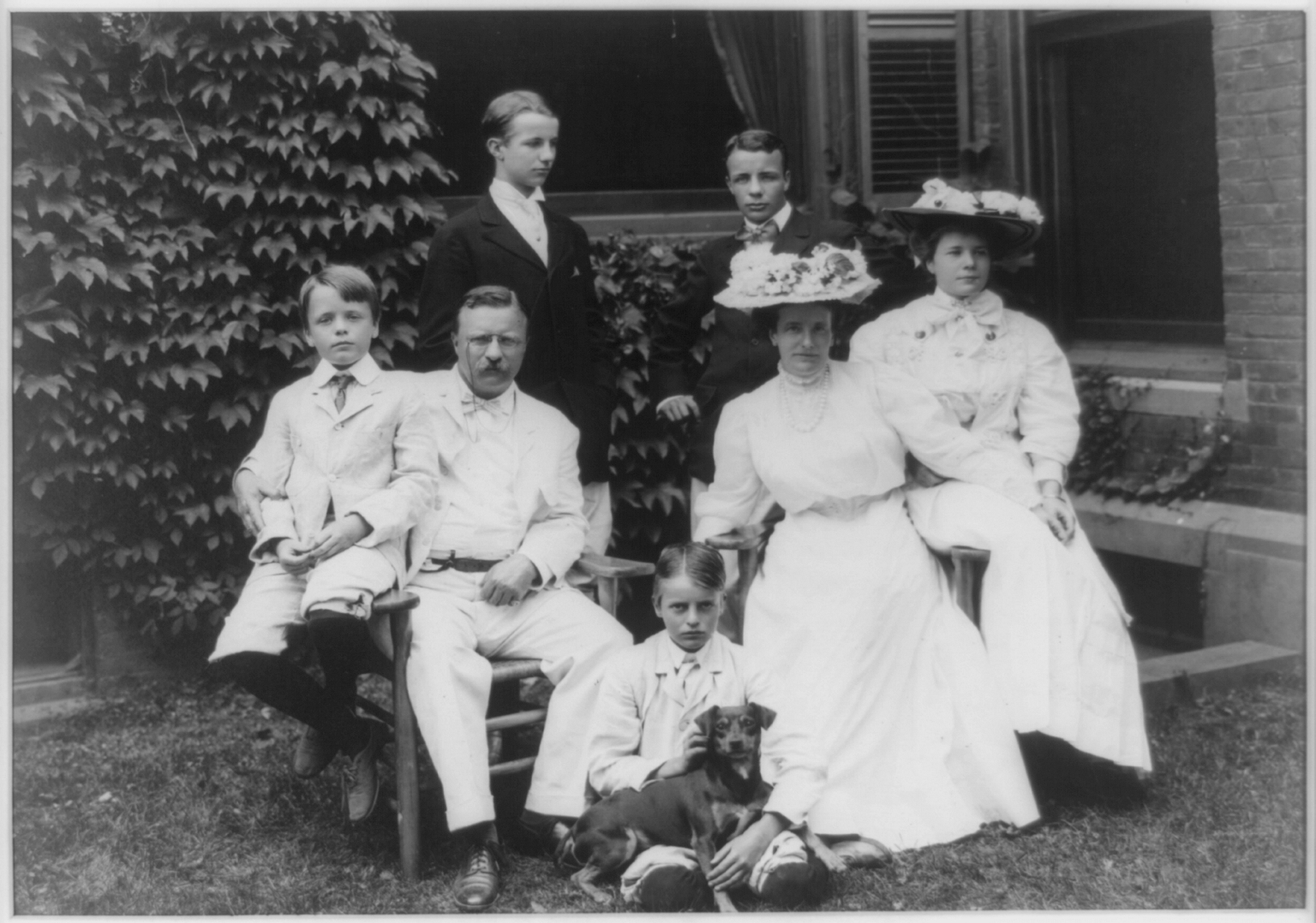 Theodore_Roosevelt_and_Family_-_24_August_1907